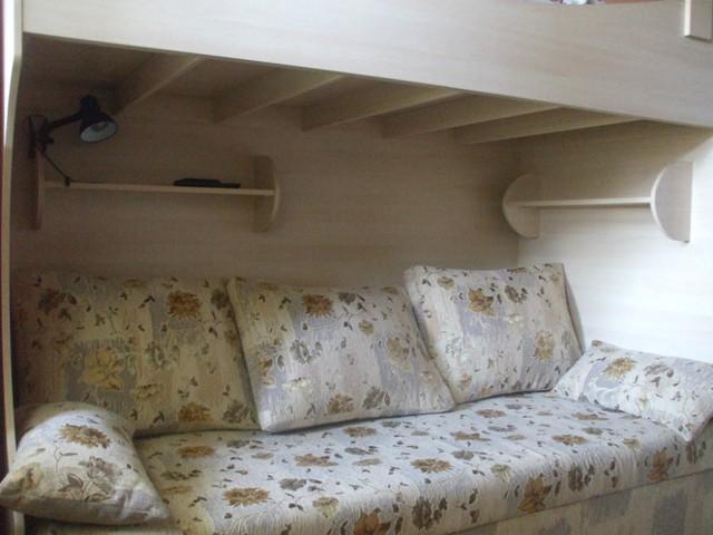 Двухярусная кровать. Общий размер кровати (вдоль стены) 240см Сверху