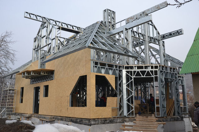 19-26-й рабочий день - кровельные панели (стропильная система крыши) готова на 80%, наружные стены обшиты плитами OSB на 70%.