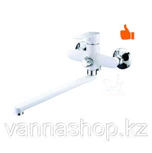 Однорычажный смеситель для ванны с длинным изливом белого цвета (шаровый)