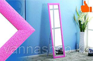 Напольное зеркало розового цвета в гипсовой рамке