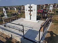Памятник мраморный с металлической оградой , засыпкой мраморной крошкой и цветником