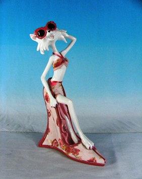 Статуэтка декоративная ENS Кошка-модница, Высота: 190 мм, Материал: Полистоун, текстиль, Цвет: Красно-белый, (
