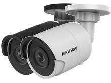 DS-2CD2025FWD-I - 2MP Уличная цилиндрическая IP-камера с ИК-подсветкой на кронштейне.