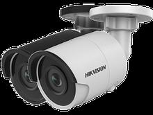 DS-2CD2085FWD-I - 8MP Уличная цилиндрическая IP-камера с ИК-подсветкой на кронштейне.