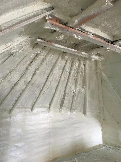 После утепления крыши пенополиуретаном. Монолитный слой без щелей.