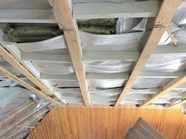 """Мансардная крыша в Алматы, с традиционным утеплением минватой. Эковата дает такой же эффект """"дышащей"""" крыши."""