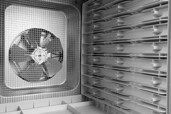 Мощный вентилятор работает тихо и обеспечивает равномерный обдув в горизонтальной плоскости