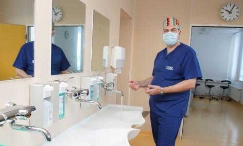 хирург моет руки перед операцией