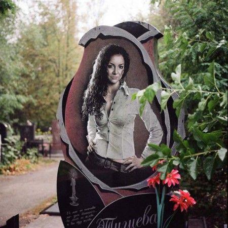 Красивый гранитный памятник на кладбище
