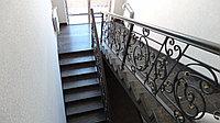 Деревянная лестница с  металлическим ограждением