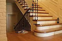 Лестница деревянная кованые перила