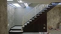 Лестница деревянная с ковкой металлом
