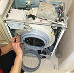 На фото мастер производит замену манжета на стиральной машине