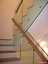 Ограждение со стеклом, стойкой из нержавеющей стали и деревянным поручнем
