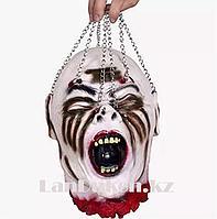 Окровавленная голова с цепями муляж 26х20 Декорация для хэллоуина