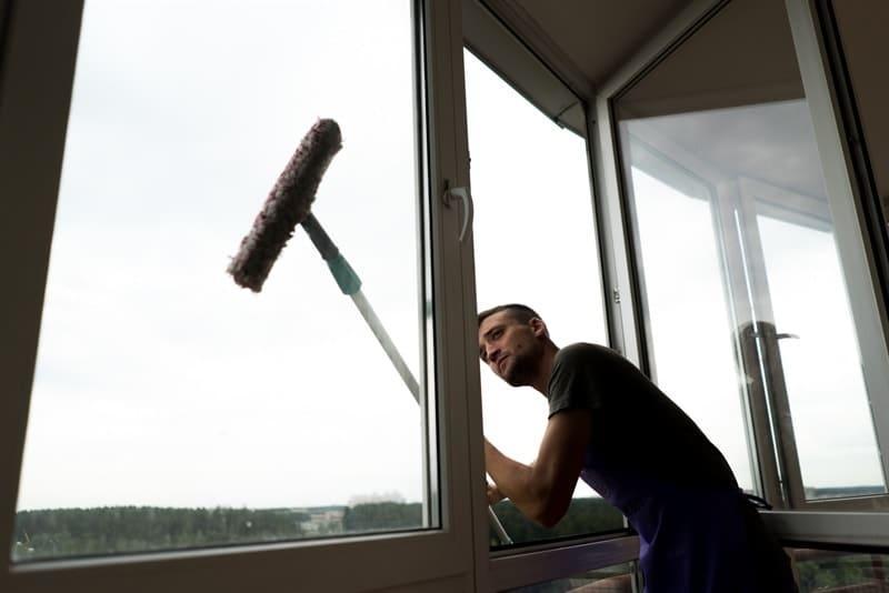 Мойка окон на балконе