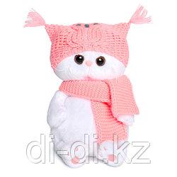 Ли-Ли Бэби в шапке-сове и шарфе