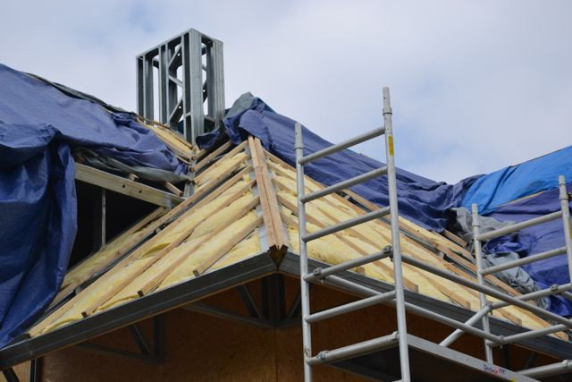 45-й рабочий день - начали утепление мансардной крыши, параллельно ведется монтаж внутренней электро-проводки