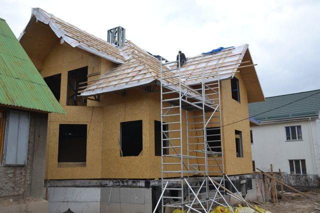 49-й рабочий день - начали монтаж гидро-изоляционной (паро-проницаемой мембраны) пленки на крыше. Предусматривается вентиляционный зазор в конструкции крыши.
