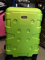 Большой чемодан высокой прочности.