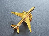 Значок самолет Boeing 777, золотистый цвет