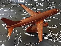 Модель самолета Boeing 737-8 из натурального дерева, масштаб 1/100