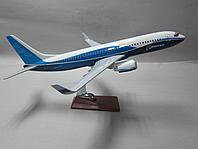 Модель самолета Boeing 737-800 в фирменной раскраске Boeing, масштаб 1/90