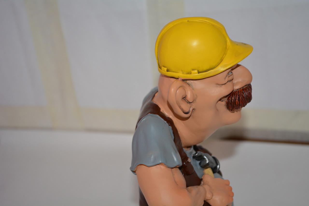 Подарочная статуэтка сувенир Строитель с молотком в жёлтой каске 25 см - фото 7