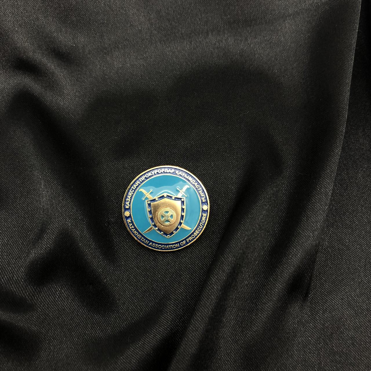Металлические нагрудные значки для выпускников вузов