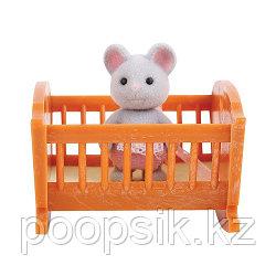 Малыш мышонок с кроваткой