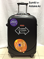 Средний пластиковый дорожный чемодан на 4-х колесах Ambassador. Высота 69 см, длина 42 см, ширина 26 см.