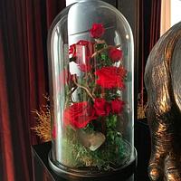 Композиция из стабилизированных роз в колбе