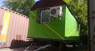 Строительный вагон на колесах