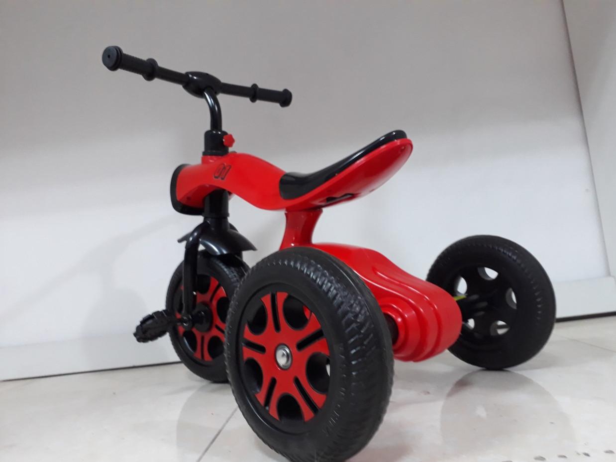 Трехколесный велосипед на гелиевых колесах Bugatti. Играет музыка и светит фара!