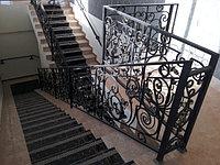 Лестница с мрамора с ковкой