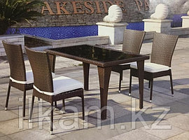 Стол и стулья из искусственного ротанга