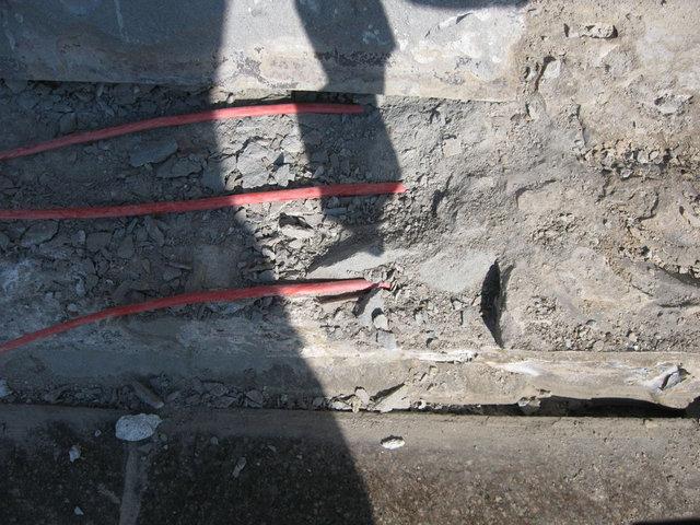 Был произведен демонтаж ступеней, снят клеевой слои и демонтирован старый кабель.