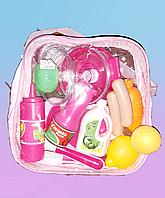 Игрушечный набор посуды и продуктов в розовой сумочке.