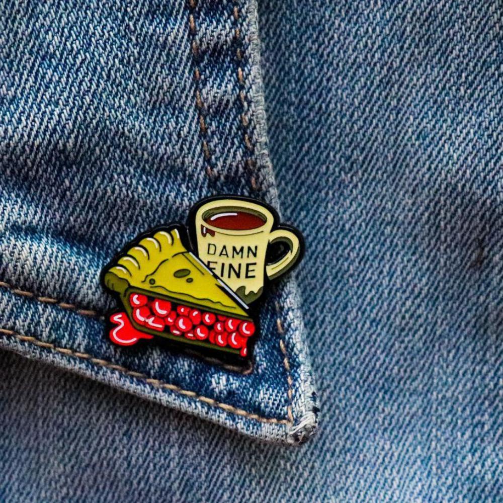 """Значок """"Пироженое с кофе и надпись """"Damn fine"""" (чертовски хорошо)"""