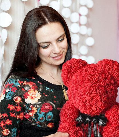 Мишка декоративный из роз с ленточкой в подарочной коробке [38 см] (Красный) - фото 4