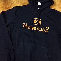Толстовки с логотипом компании.