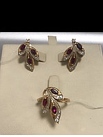 Серьги и кольцо с красным корундом / красное золото