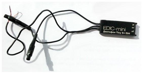 """Цифровой диктофон """"Edic-mini Tiny S+ E84"""" имеет два выносных микрофона и поддерживает режим """"стерео"""""""
