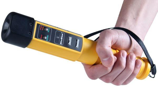 Удобства работы с алкотестером добавляет наличие эргономичной рукоятки на корпусе