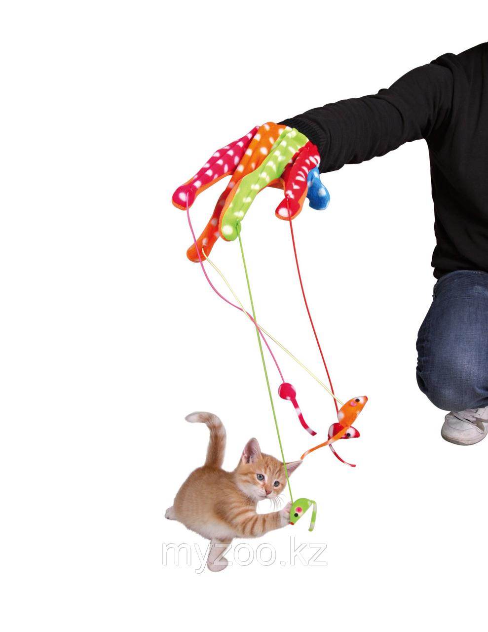 Перчатки из канвы для игры с кошкой