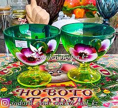 Креманка, на ножке, из цветного стекла с декором. Цвет: Зелено-салатовый. Набор: 2 штуки.