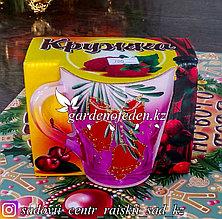 Кружка из цветного стекла с декором. Картонная упаковка. Цвет: Розовый.