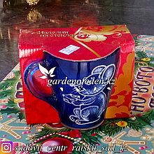 Кружка из цветного стекла с декором. Картонная упаковка. Цвет: Синий.