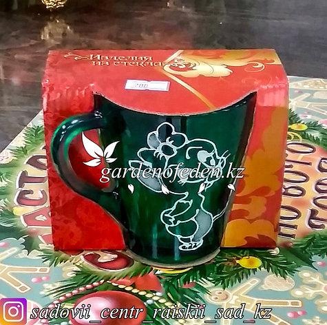 Кружка из цветного стекла с декором. Картонная упаковка. Цвет: Зеленый., фото 2