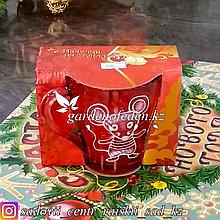 Кружка из цветного стекла с декором. Картонная упаковка. Цвет: Красный.